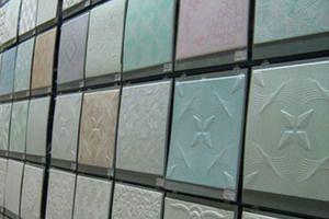Как клеить потолочную плитку на потолок: на видео - оклейка потолка