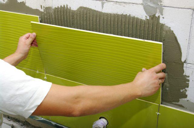 Можно ли укладывать керамогранит на стены