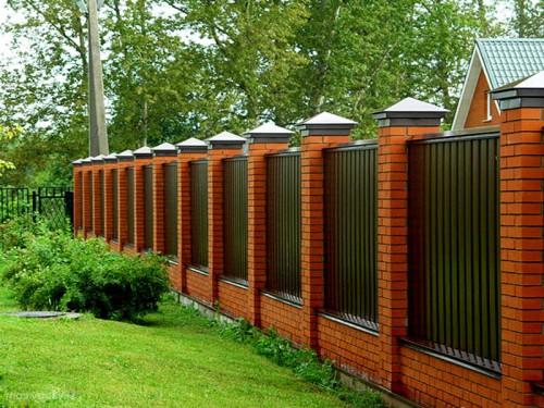 Какой забор выбрать: кирпичный, железобетонный, деревянный?