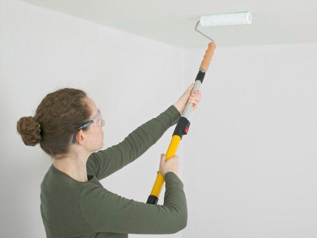 Покраска потолка. Узоры на потолке с помощью трафаретов