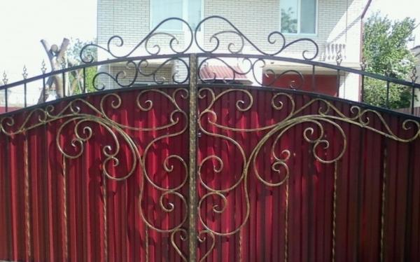 Забор из профнастила: выбор и монтаж кованых элементов