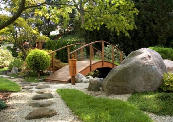 Как украсить загородный участок?