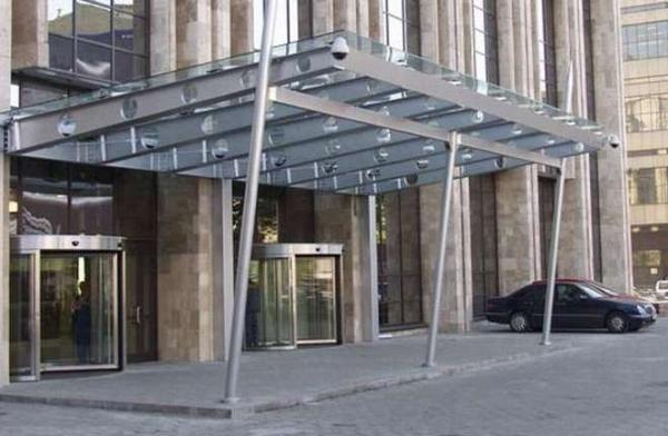 Стильный элемент внешнего декора здания – стеклянный козырек