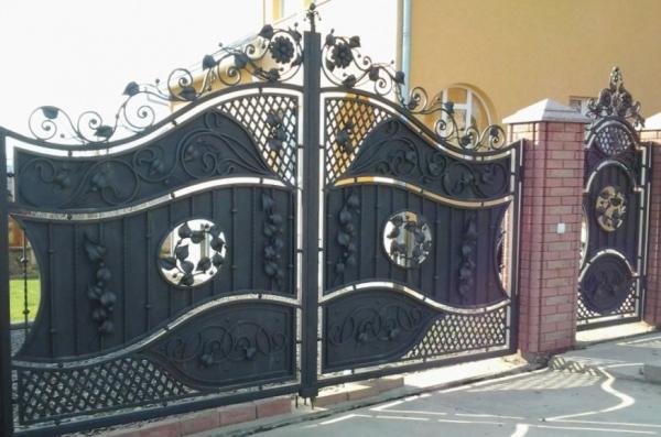 Кованные ворота, их виды и особенности