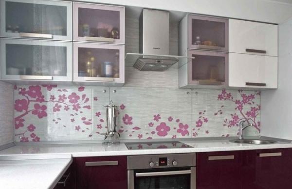 Особенности установки кухонного фартука из стекла своими руками