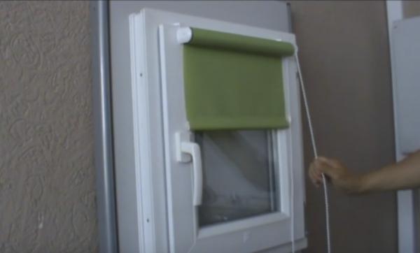 Как прикрепить рулонную штору к пластиковому окну