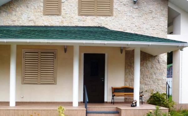 Крепкая защита дома в виде прочных дверей