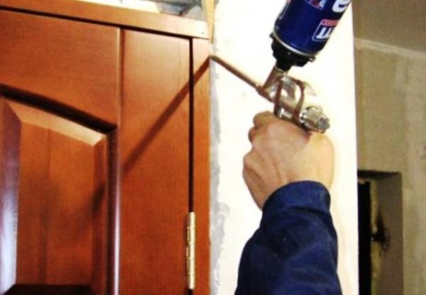 Ремонт без проблем: очищаем дверь от монтажной пены