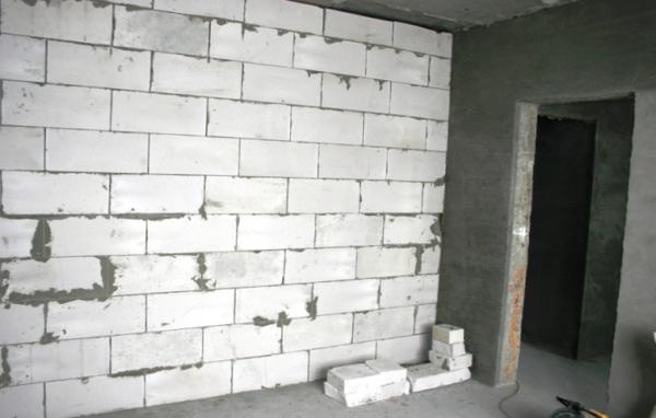Возведение межкомнатных перегородок из пеноблоков и газоблоков: тонкости укладки