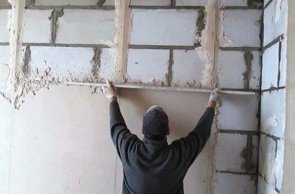 Штукатурим стены в помещении: советы по выбору инвентаря
