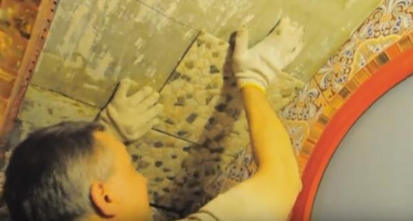 Как уложить на потолок керамическую плитку