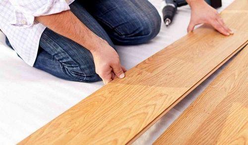 Как класть ламинат на деревянный пол своими руками, можно ли?