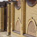 Забор из кирпича (54 фото): универсальное кирпичное ограждение