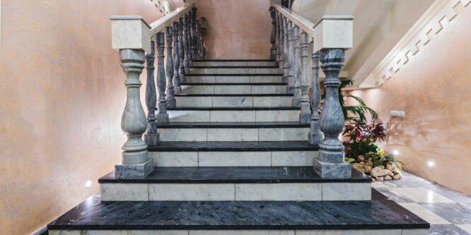 Преимущества и недостатки лестниц из мрамора