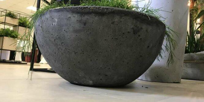 Чем уличные бетонные кашпо отличаются от привычных бетонных цветников?